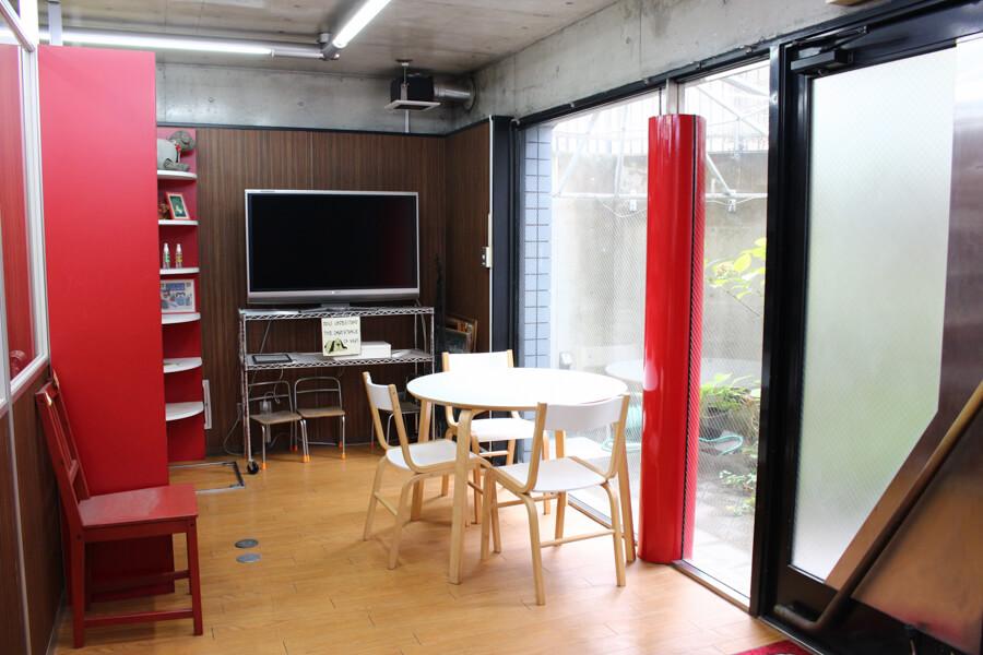 赤色を用いたオシャレな待合室