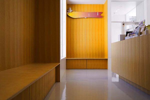 暖かで落ち着いた雰囲気の待合室です